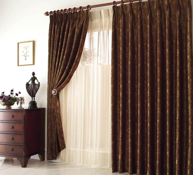 ...цвета шоколада и, томные увесистые шторы, из бархата и атласа, с.